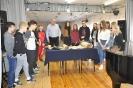 Nauczyciele i uczniowie ze szkoły w Błażowej Dolnej.